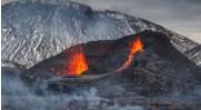 当冰岛火山新的裂缝打开时,徒步旅行者争先恐后