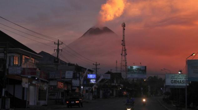 印尼默拉皮火山喷发时火山口喷出的熔岩流
